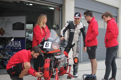 La escudería Florida Moto Team muestra un box de competición  desde dentro en la feria de las Dos Ruedas de Valencia