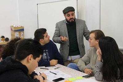 Andrés Karp agita la creatividad entre el alumnado de Turismo